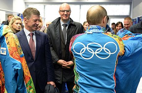 """ולדימיר פוטין עם תלבושת אולימפית לצד דמיטרי צ'רנישנקו יו""""ר הוועדה המארגנת של סוצ'י 2014, צילום: אם סי טי"""