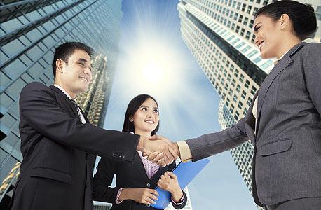 מאד מפתה להיכנס לעסקים עם אנשים שאנחנו מכירים ואוהבים, צילום: שאטרסטוק