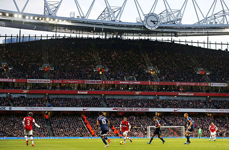 """אצטדיון אמירייטס בלונדון. שוק הספורט מתחיל להיראות יותר כמו ארה""""ב מבחינה זו שמועדונים יכולים להיות עסק רווחי בזכות פרופיל עסקי מהימן"""". , צילום: איי אף פי"""