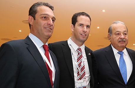 """קרלוס סלים (מימין) המשנה למנכ""""ל GSTAT אורי דוידוביץ' וקרלוס סלים ג'וניור, צילום: בלומברג"""