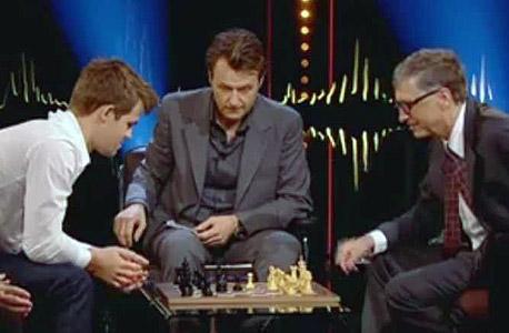 מגנוס קארלסן (משמאל) שחמט ביל גייטס