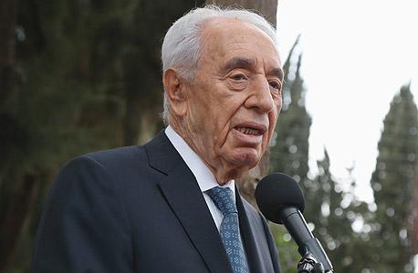 שמעון פרס בלוויה של שולמית אלוני, צילום: שאול גולן