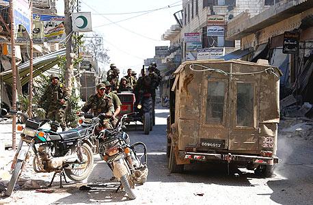 """חפש את האמת בפרטים הקטנים. צבא סוריה טען: """"תפסנו בידי המורדים ג'יפ צה""""לי. זה מוכיח שישראל תומכת באופוזיציה"""". היגינס מצא את אותו הג'יפ שוב ושוב בתצלומי שלל ישנים של חיזבאללה, וחשף כי מדובר בתרמית"""