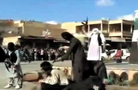 התקשורת התרגלה לסרטונים של הוצאות פומביות להורג. היגינס עקב אחריהם וחשף מגמה נסתרת: כמה פלגי מורדים התקרבו לאל־קאעידה