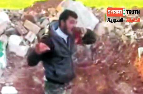 """הטלוויזיה הסורית חשפה """"מצבורי נשק ישראלי"""" אצל המורדים. רשתות הטלוויזיה ציטטו. היגינס, שמתמקד בתיעוד סוגי נשק זיהה כי מקור המצבורים בקרואטיה, שדווקא סעודיה סוחרת איתה. כך סייע לחשוף קשרים בין סעודיה למורדים"""