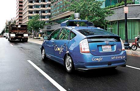 """מכונית ללא נהג של גוגל. רק שש שנים לפני הצגתה לציבור כתבו שני כלכלנים בכירים כי נהיגה """"מחייבת הבאה בחשבון של גורמים כה רבים עד שקשה לדמיין מערכת שתוכל להחליף נהג אנושי"""""""