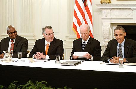 """ברק אובמה ג'ו ביידן בפגישה עם יו""""ר מוטורולה סולושנס ו מנכ""""ל מקדונלד'ס, צילום: אם סי טי"""