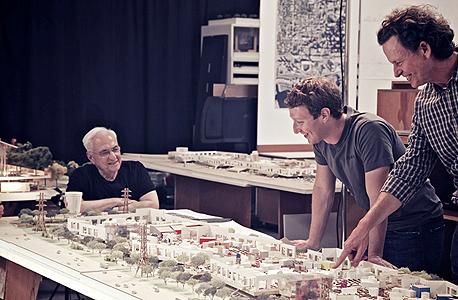 מארק צוקרברג (מימין) והאדריכל פרנק גרי בוחנים את דגם העיר של פייסבוק, צילום: בלומברג