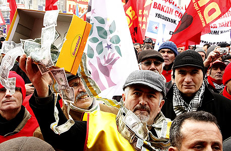 הפגנה בטורקיה - אחת הכלכלות השבריריות
