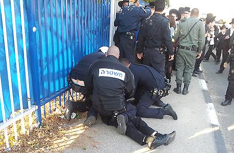 שוטרים ומפגינים בבני ברק
