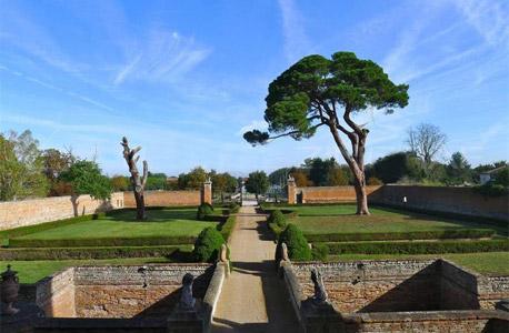 מדשאות מסביב לארמון