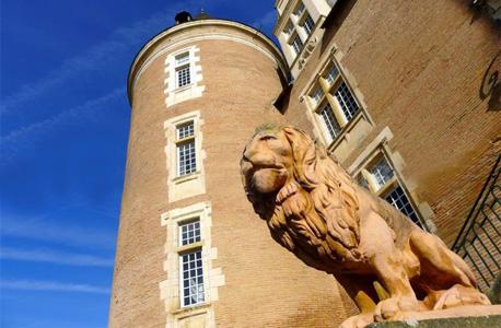 אחד הפסלים המקיפים את הארמון