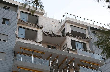המרפסת שקרסה בדירת הזוג לוינגר בבניין של גינדי השקעות בחדרה. דורשים החזר התשלום על הדירה ופיצוי נוסף