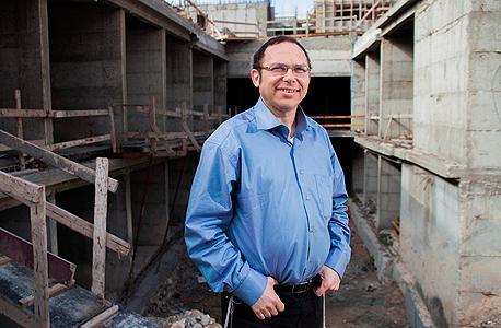 """ישראל זעירא: """"לפני תשע שנים, בפרויקט הראשון שלנו בלוד, הגיעו 40 משפחות לפגישה. אמרתי להם 'לוד תהיה גבעת שמואל הבאה', והם צחקו. במאמצים רבים הרכבנו קבוצה של 70 משפחות. היום יש בלוד כ־400 דירות בבנייה ועוד כ־500 לפני בנייה"""""""