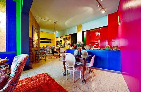 """ביתו של אמן הקרמיקה סמי די. """"עיצוב שנעשה באמצעות צביעה מטורפת ופרטי ריהוט אקלקטיים"""