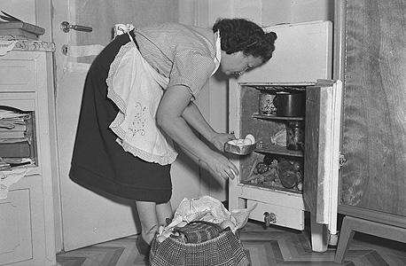 מטבח אופייני ב־1949. מוקם ליד הכניסה כדי להקל בפריקת המצרכים
