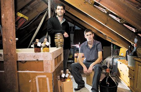 מזקקים אלכוהול: יותם (מימין) ונמרוד רוזנבלט