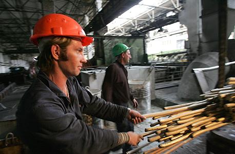 פועל במפעל תעשייה (אילוסטרציה)