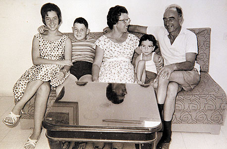 1963. אסתר לבנון, בת 17 (משמאל), עם אביה המאמץ אברהם אהרנברג, אמה רבקה, אחיה שוקי ואחותה הדס