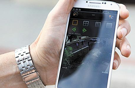 """האפליקציה בטלפון הנייד של שבתאי, שמאפשרת לו לראות מה קורה בווילה שלו. """"כשיש לי מצלמות בבית ובנוסף חברת שמירה, אני מרגיש בטוח יותר"""""""