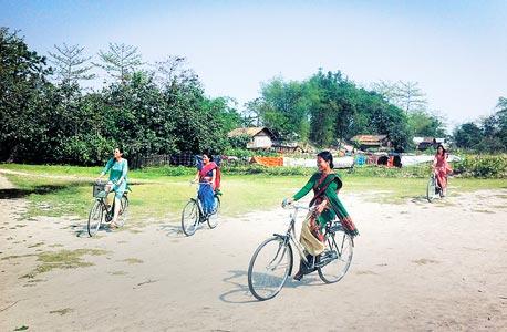 נשות שבט המישינג עם הרכישות מבנק האופניים. אופניים בלי רמה, בתנאי מימון נוחים במיוחד, מאפשרים לנשים ניידות שלא היתה להן עד היום
