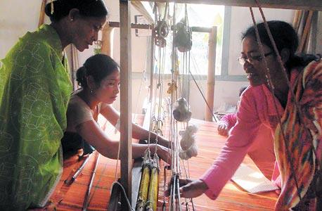 נשים מועסקות במפעל טקסטיל בהודו (ארכיון)