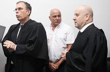 """ראב""""ד (מימין) ובנקל (משמאל) עם הלקוח דני דנקנר. בנקל: """"יש לנו גבולות, והפרקליטות חצתה אותם בענק"""""""