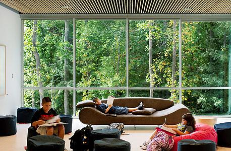 פנים בית הספר היסודי הירוק בעיר מנסס פארק, וירג'יניה. מחקרים אמריקאיים הצביעו על שיפור דרמטי בציוני התלמידים עם המעבר למבנים ירוקים