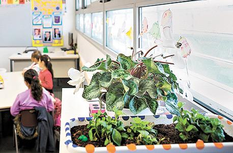 אוויר צח. מחקר דני מ־2007 מצא שכשמגדילים משמעותית את אספקת האוויר הטבעי בכיתה, התלמידים פותרים שאלות מהר יותר ומספר הטעויות שלהם מצטמצם ב־25%