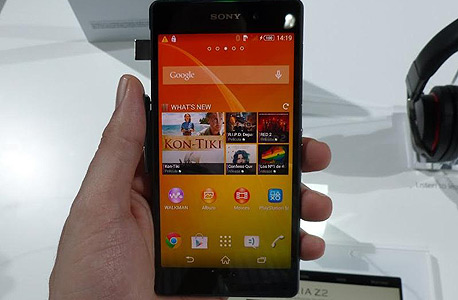 מהחזית, הוא נראה פחות או יותר כמו ה-Z1. המסך גדל מ-5 ל-5.2 אינץ'. איכות התצוגה מצוינת., צילום: עומר כביר
