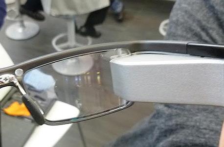 בניגוד לגוגל גלאס שמציבים מסך קטן, המשקפיים האלו מקרינים את התצוגה ישר על העדשה עצמה., צילום: עומר כביר