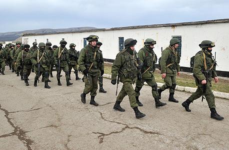 חיילים רוסים באוקראינה. משבר חצי האי קרים היה אחת מנקודות השבר ביחסים, צילום: איי אף פי