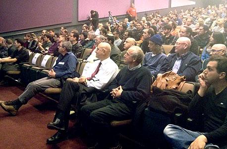 """יו""""ר ועדת הכלכלה של הכנסת אבישי ברוורמן (בחולצה לבנה) עם מייסד התנועה לשינוי מוניטרי אריה בן דוד בכנס התנועה בדצמבר. מכוונים לפוליטיקאים"""