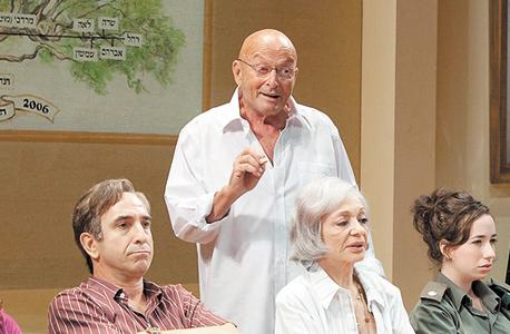 """גרבר (עומד) ב""""משפחה חמה"""" (2009)"""