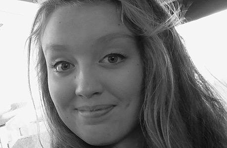 איזי דיקס, בת ה-14. התאבדותה הובילה את אמה לצאת למאבק נגד בריונות רשת וטרולים