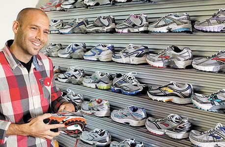 """אנדרה קריווט. """"בתהליך הייצור של כל נעל נוגעות 220 ידיים"""", צילום: Brooks Studio"""