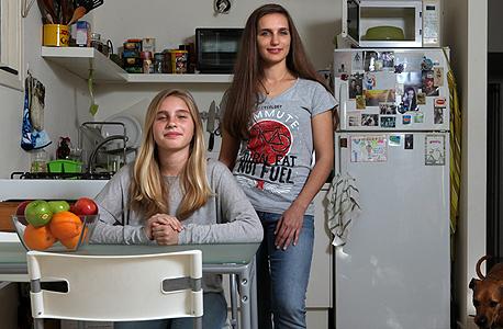 ג'ני כצמן (מימין) ובתה אנה בדירתן בתל אביב