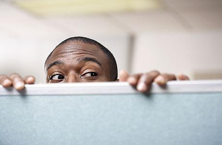 העובד שלידכם בודק כל הזמן על מה אתם עובדים?