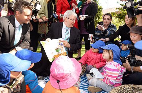 ראש ממשלת אוסטרליה לשעבר קווין רוד עם ילדי גן בסידני. המדינה הגדירה את ההתפתחות המוקדמת של ילדים כאחת המשימות המרכזיות שלה