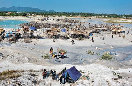 """חלקת חול ופסולת שייבשה חלק מהים של באנגקה. אינונו: """"את ההשלכות נרגיש גם בעוד מאות שנים"""", צילום: Matilde Gattoni"""