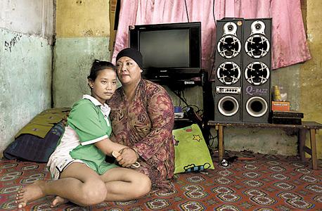 אמירודין ובתה נובי. עבדות ילדים היא מראה נפוץ באי, צילום: Matilde Gattoni