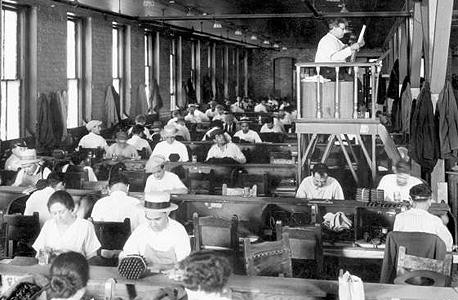 """""""רדיו"""" - אדם שמקריא חדשות לעובדים במפעל"""