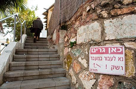 מדרגות הכניסה הדרומית. מי שיידע לחפש ימצא את הדלת הנסתרת בחומה