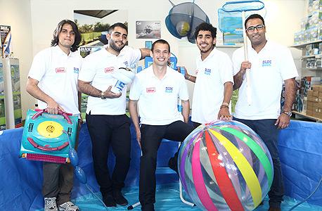 """שינפלד (במרכז) עם עובדיו בחנות הרשת בפ""""ת"""