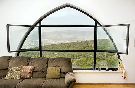 """נוף הגליל נשקף מהחלונות. """"הטסנו לארץ ארכיטקטית אמריקאית שבדקה איך לנצל את המיקום במורד והציגה 80 ורסיות תכנון שונות"""""""