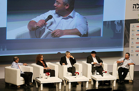 מימין: כתב כלכליסט, ליאור גוטמן, אברהם קוזניצקי, אמיר לזר, פרופ