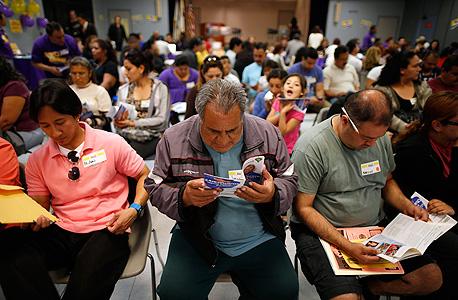 אזרחים בקליפורניה ממתינים בתור לרישום לביטוח רפואי בעקבות תוכנית אובמה קר