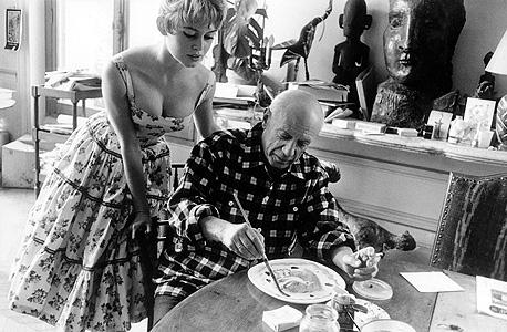 בריז'יט בארדו בשמלת אביב פרחונית קלאסית במפגש עם פבלו פיקאסו ב־1956. הצייר התרשם מאוד מהכוכבת החטובה, אבל לא עד כדי שיאות לצייר אותה