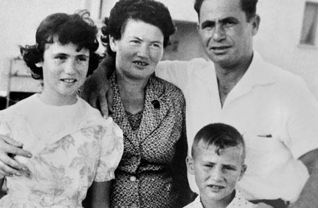 1966. אבי דיכטר (8) עם הוריו מלכה ויהושע ואחותו יעל בביקור משפחתי בקריית גת
