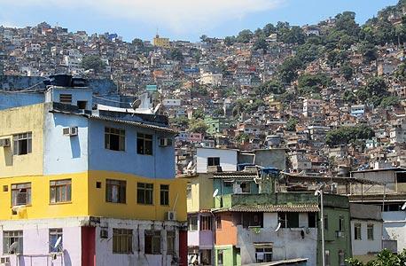 פאבלה רושיניה, שכונת עוני לביקורי תיירים. התושבים קמים בבוקר בקן הנמלים הגדול ביותר בברזיל, עובדים עד הלילה ואז זוחלים בחזרה לחור הצבעוני שלהם